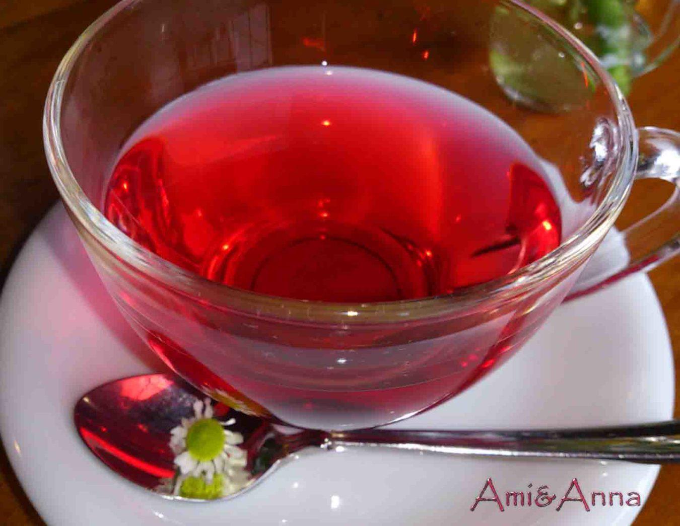 ガラスのティーカップに注いだ赤いハイビスカスティー