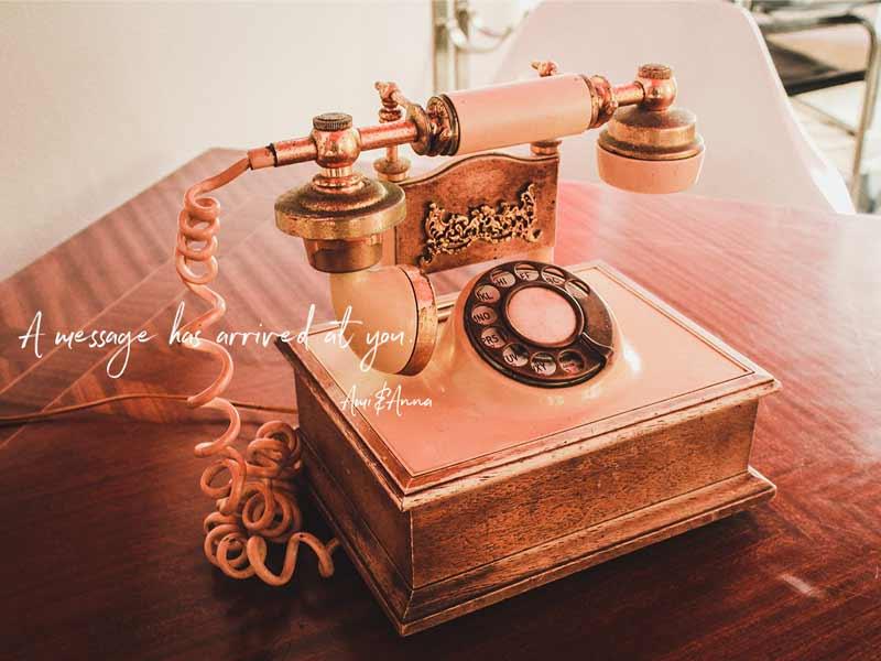 ノスタルジックなピンクの固定電話