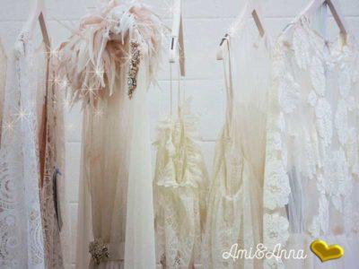 ハンガーにかかった白のワンピースやシルクのドレス