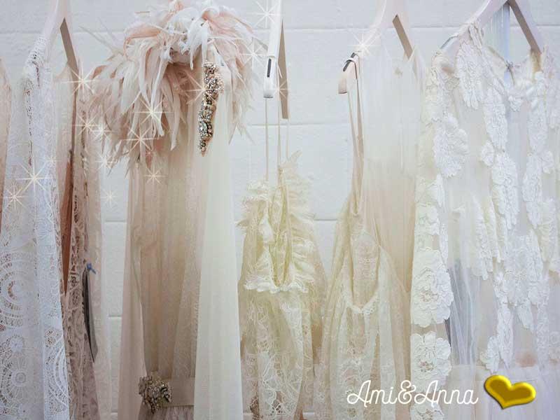 ハンガーにかかった白のワンピースやレースやシルクのドレス