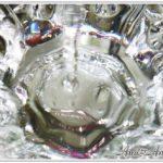 水がグラスに落ちている画像