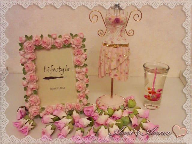 フォトフレームの周りに飾られたピンクのバラ