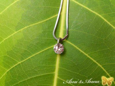 緑の葉にダイアモンドのネックレス