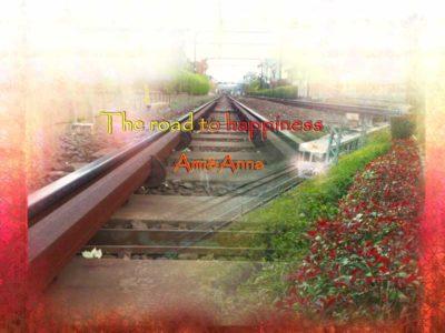 長い真っ直ぐな線路と交差して走っている電車のグラフィック画像