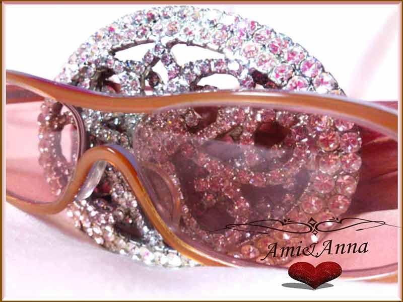 ピンクのメガネとスワロフスキーのベルト