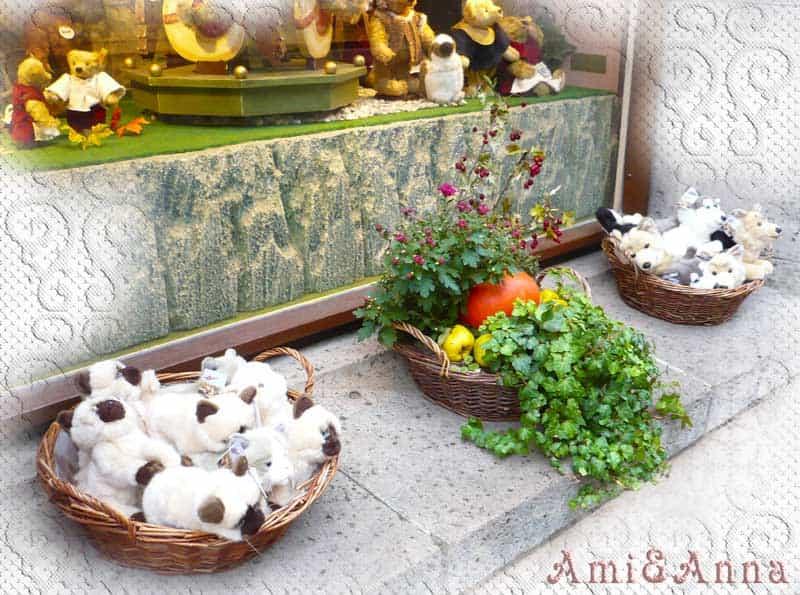 ドイツのおもちゃ専門店の玄関飾ってある猫と犬のぬいぐるみ