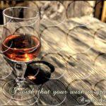 古びた木製テーブルの上に置いてある美しいグラス