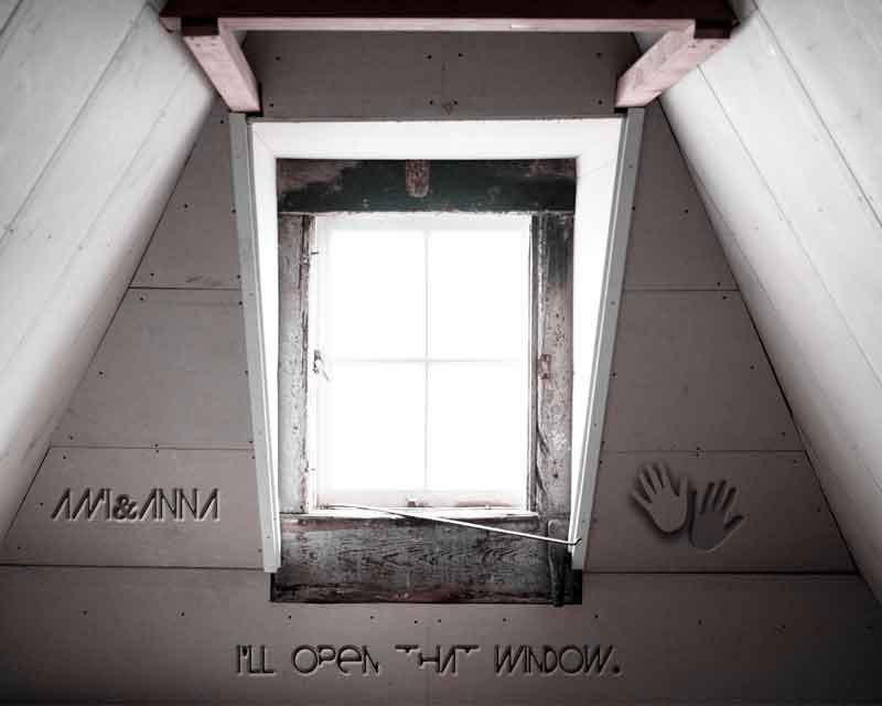 白い部屋に光が差し込んでいる窓