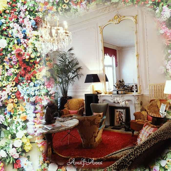 花とヨーロッパのホテルの椅子
