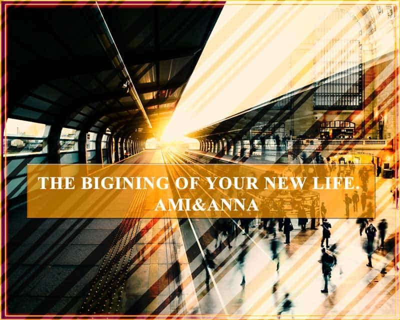 駅のホームに人が行き交う光景と線路の合成画像
