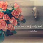 一冊の本と赤いバラ