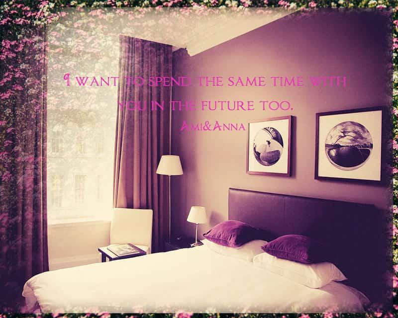 紫色の枕のダブルベッド