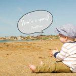 子供が砂浜で海を眺めている