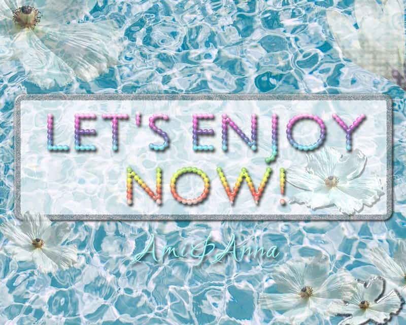 Let's enjoy nowと書いた丸いドットのテキストエフェクトと海辺に白い花のグラフィック画像