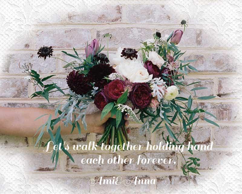 手に持った花束を差し出す女性