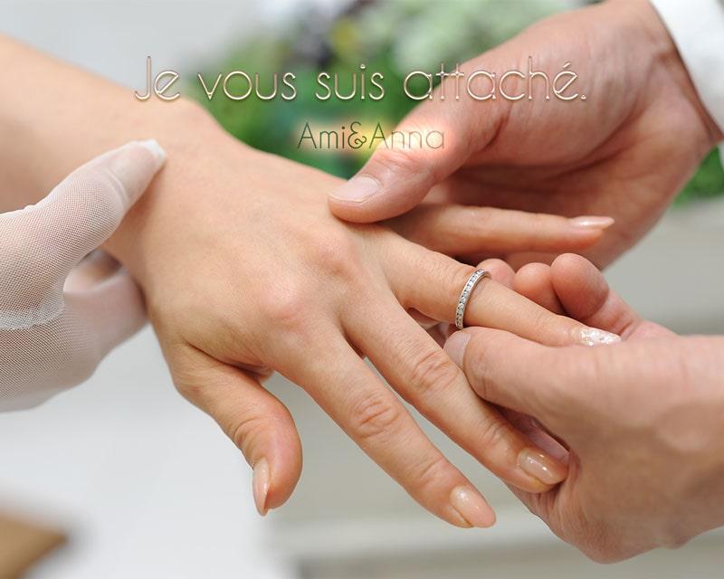 結婚式で指輪交換している新婚夫婦