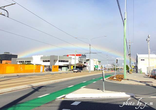 道路にかかった大きな虹
