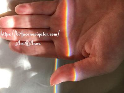 手の平に映し出された太陽のスペクトル