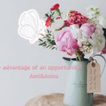 花瓶の花に止まっている蝶のグラフィック画像