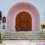 ピンクの壁と木の玄関