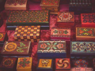 装飾がほどこされた美しい沢山の小箱