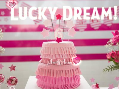 ピンク色の誕生日ケーキ
