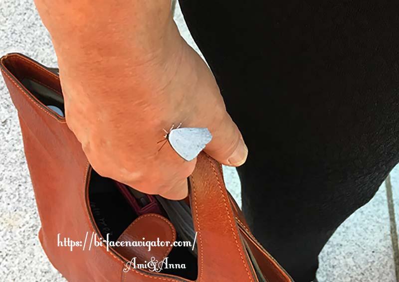 手の甲にとまっている白い蝶々