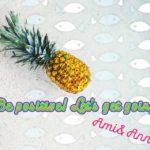 海に浮かんでいる幸せなパイナップル