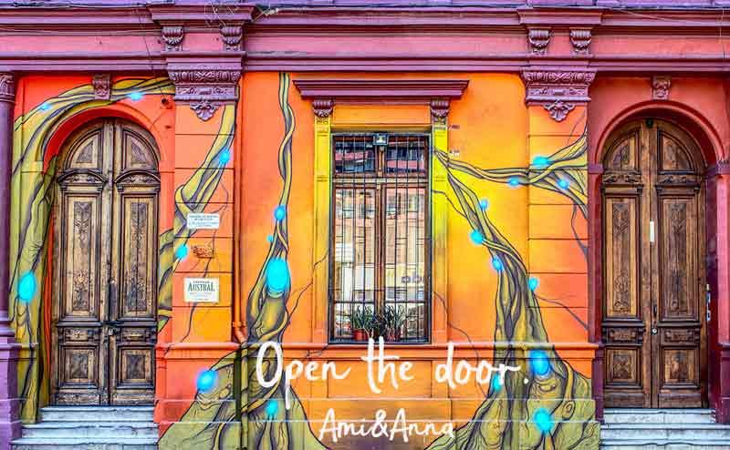 カラフルな建物にある2つのドアと窓