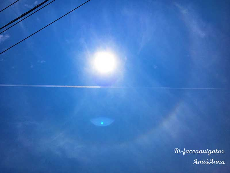 日暈と水平な飛行機雲