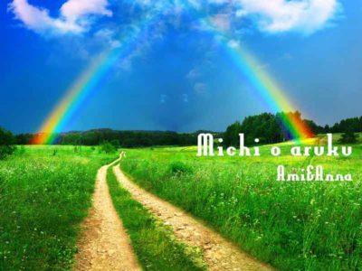 緑の草木が左右に生い茂り前方には虹がかかっている道