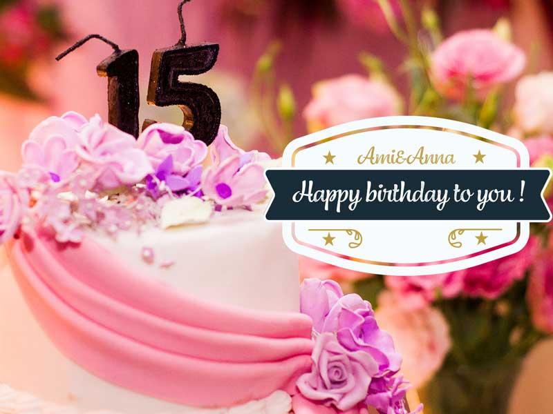 生クリームがのったピンクの誕生日ケーキ