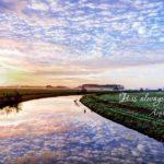 川の水面に映るうろこ雲