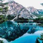 湖の水面に映る山