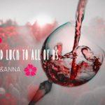 背景が赤い花畑でワイングラスに赤ワインが注がれている合成画像