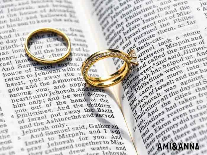ダイヤモンドが付いたゴールドの指輪とシンプルなゴールドリング