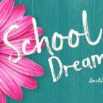 ピンクの花と黒板にSchool Dreamと書いているチョーク風のテキストエフェクト